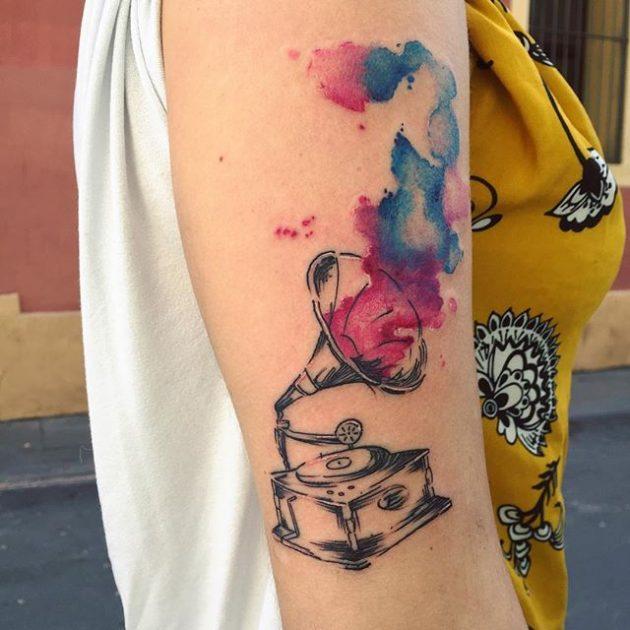 На фото: акварельная татуировка в виде грамафона и цветка.