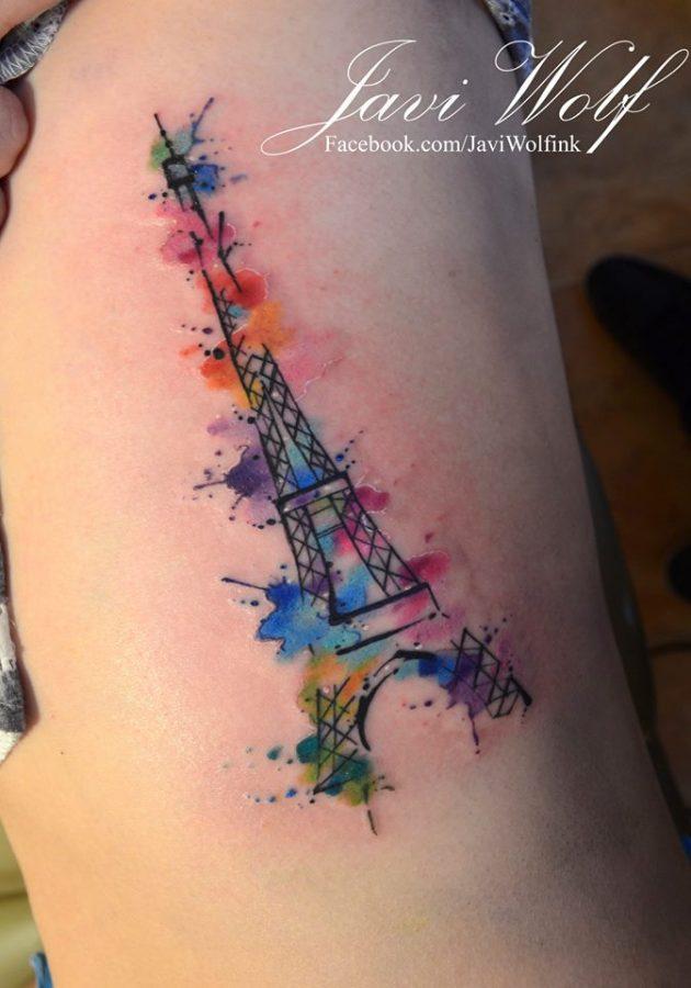 На фото: акварельная татуировка - эффелевая башня на плече.