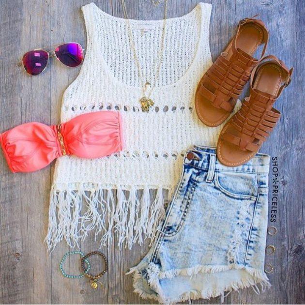 На фото: новый летнихй лук - джинсовые шорты с белым топом.