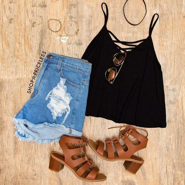 На фото: новый летнихй лук - джинсовые шорты с черным топом.