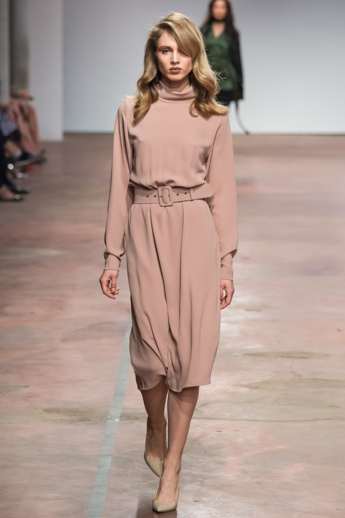 На фото: платье свободного покроя от дизайнера одежды Александр Терехов осень-зима 2016-2017
