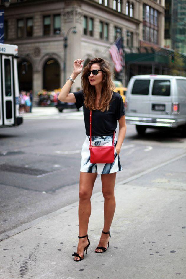 На фото: светлые шорты в сочетании с черной блузой.