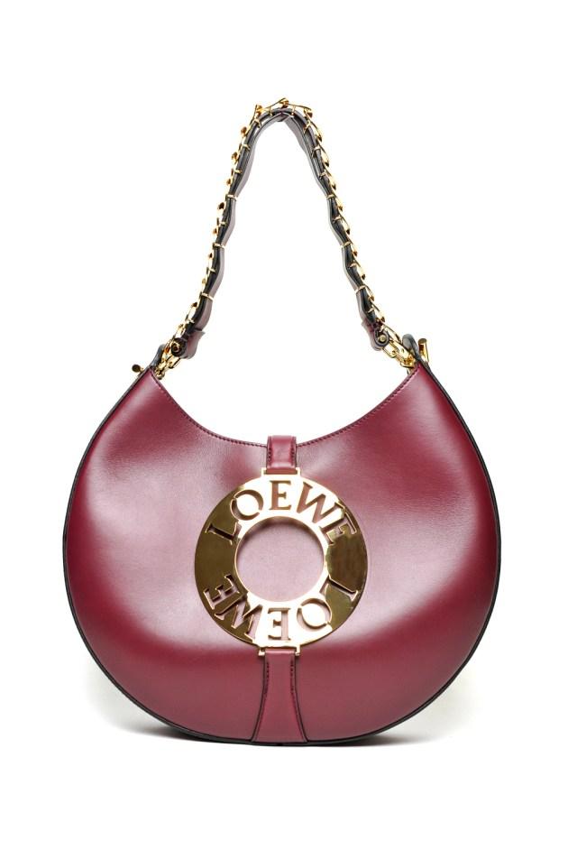 Модные сумки: тренд сезона - сумка ,украшенная металлической пряжкой из коллекции Loewe.