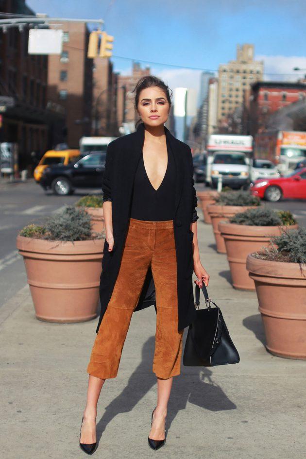 На фото: черный боди-топ с брюками - скини – трендовая новинка сезона.