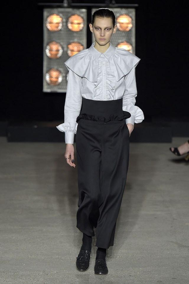Рубашка с рюшами, акцент сделан на воротнике, который представляет собой оборки, полностью покрывает плечи фото обзор из коллекции Osman.