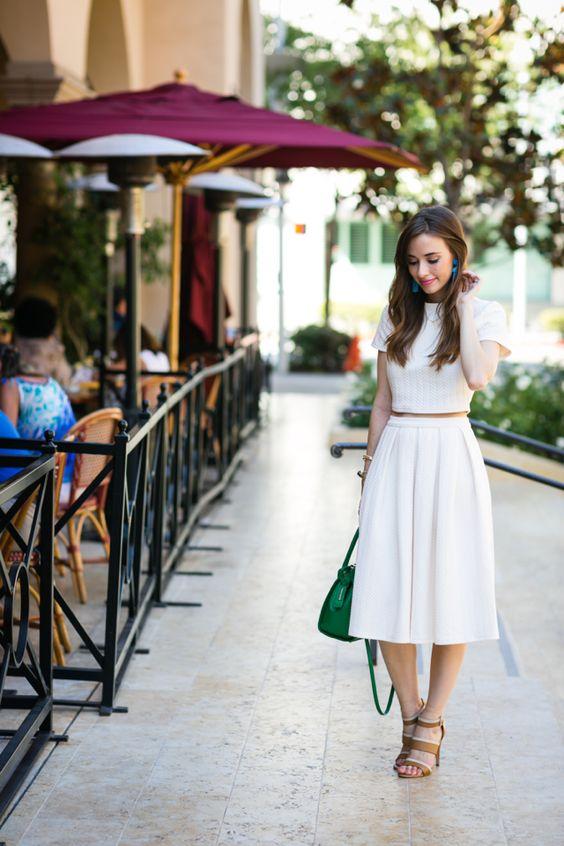 На фото: белый наряд с модным коротким кружевным топом.
