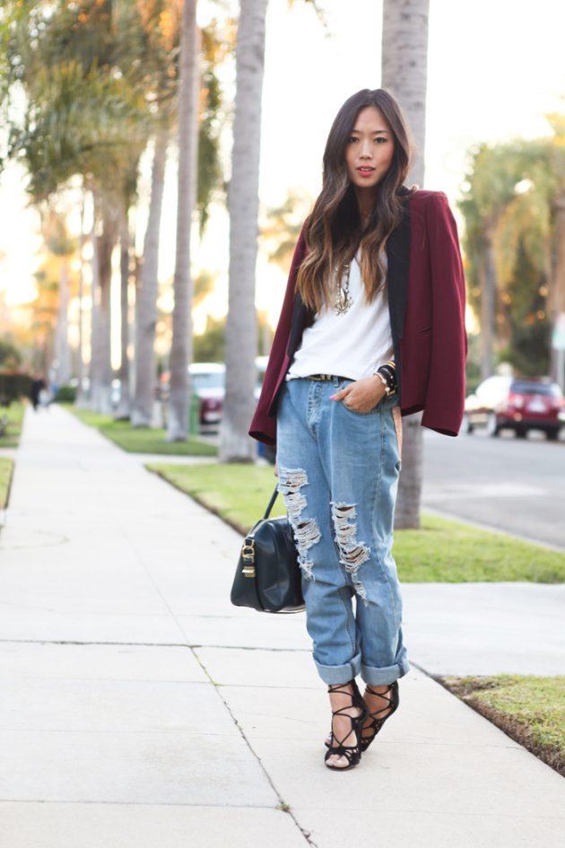 На фото: удлиненный коричневый жакет с голубыми рваными джинсами.
