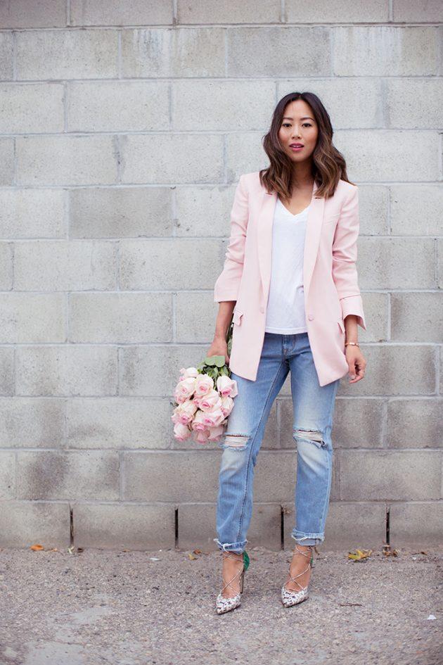 На фото: удлиненный светло розовый жакет с голубыми джинсами.