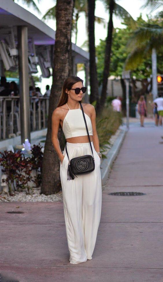 На фото: белые брюки с модным коротким топом.