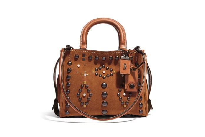 Модная сумка: яркая новинка сезона - сумочка прямоугольной формы с двумя ручками из коллекции coach.