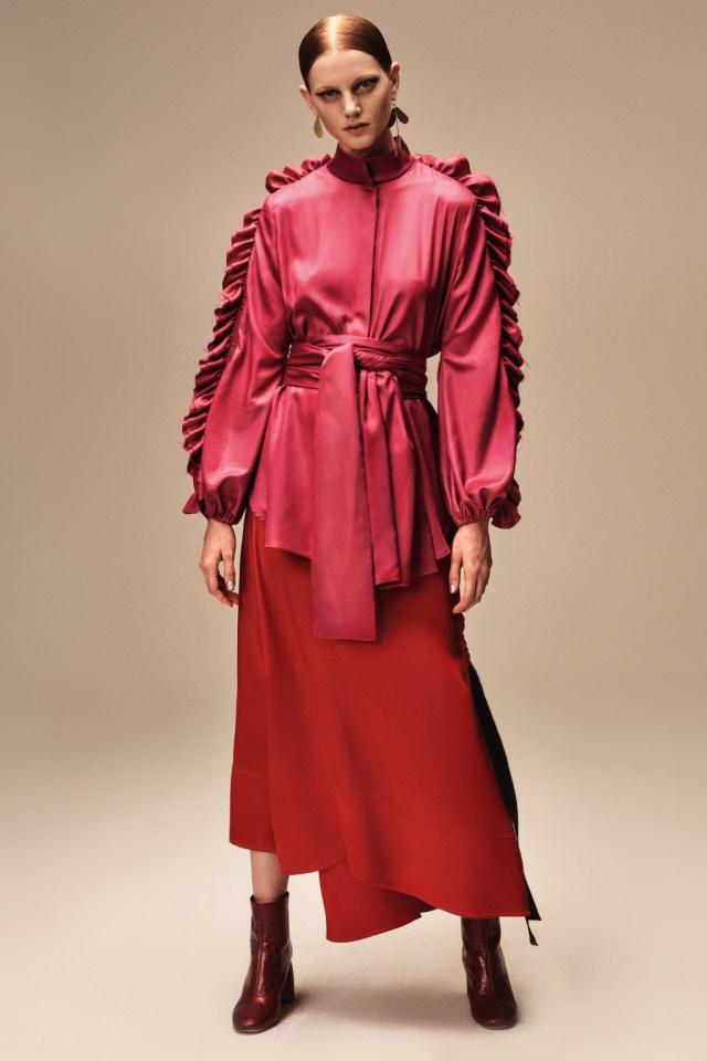 На фото: воланы на плаще – модные тенденции этого сезона фото из коллекции ellery.