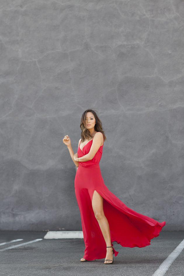 На фото: разрез на длинном красном платье - новый тренд сезона