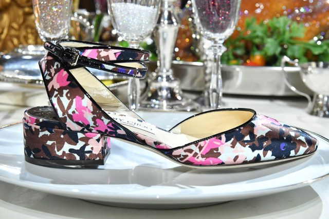 На фото: роскошные туфли поданы на блюде из коллекции Jimmy Choo.
