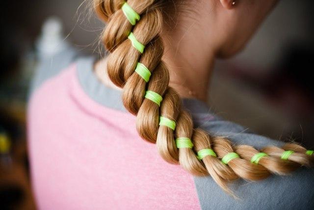 На фото: модное плетение косы со средними волосами -оригинальная коса на средние волосы.