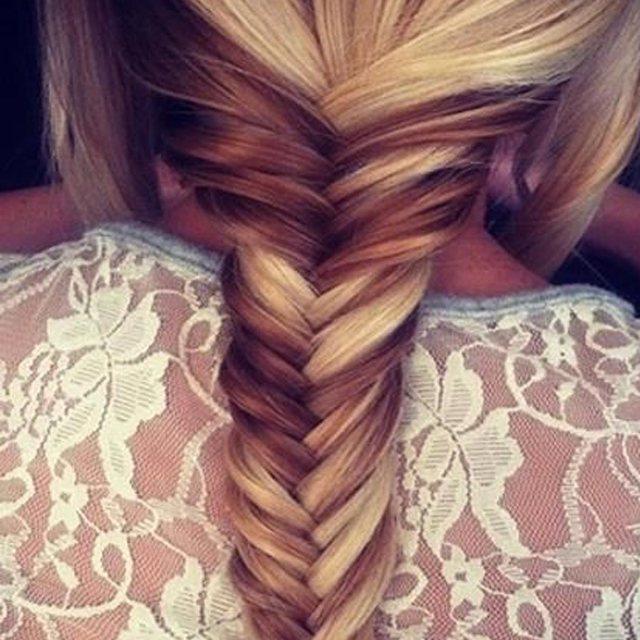 На фото: модное плетение косы со средними волосами - французская коса наоборот.
