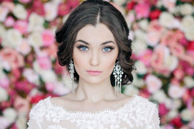 На фото: свадебный макияж - естественность и яркость красок.