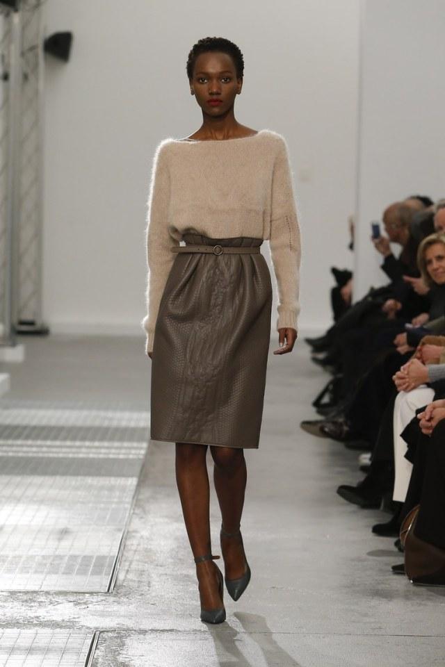 На фото: тренд осени и зимы 2016-2017: стильная юбка из кожи из коллекции Agnona.