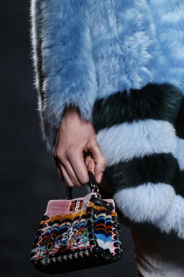 На фото: разноцветная сумка – тренд сезона осень-зима 2016-2017 из коллекции Fendi6.