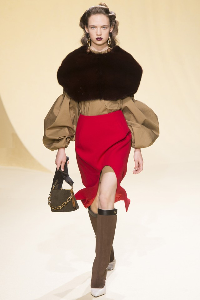 На фото: стильная юбка со смелым разрезомсезоне осень-зима 2016-2017 из коллекции Marni.