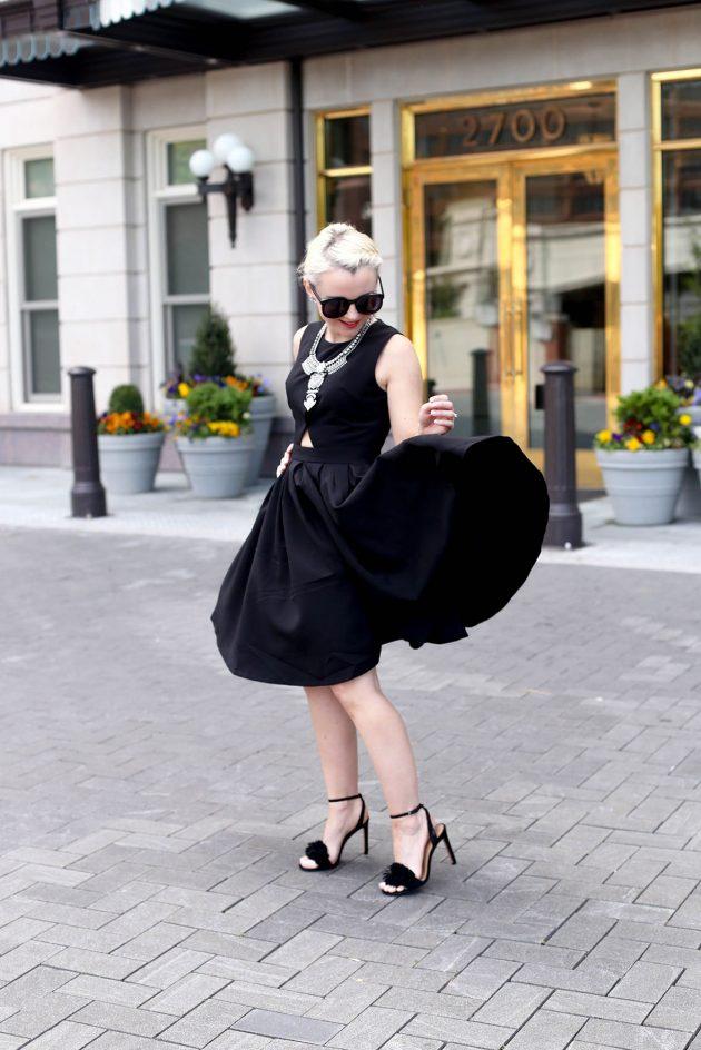 На фото: черное платье с маленьким вырезом на талии - тренд сезона.