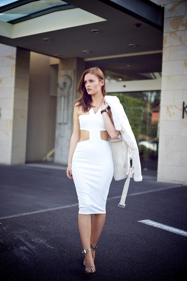 На фото: белое платье с вырезом на талии - тренд сезона.