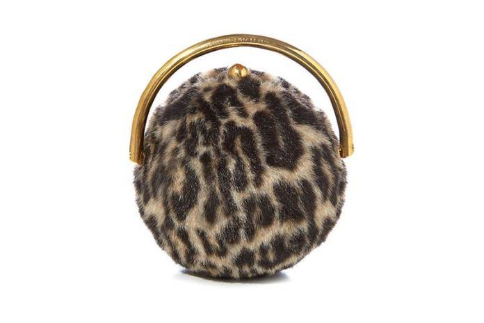 На фото: аксессуары с мехом - маленькая дамская сумочка обшитая мехом под леопарда.