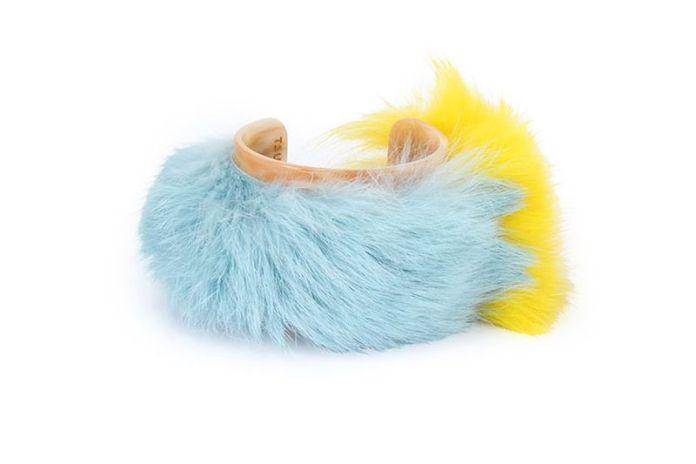 На фото: аксессуары с мехом - браслет обшитый мехами в нежно-голубом и ярко-лимонном цветах.