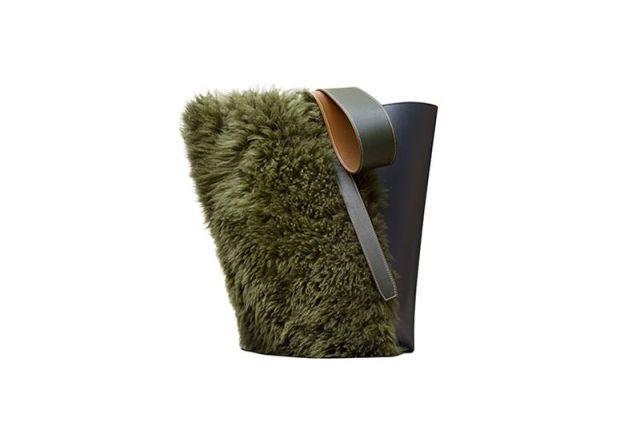 На фото: аксессуары с мехом - дамская сумочка декорированная мехом.