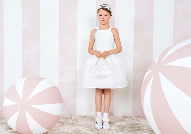 На фото: новая коллекция Monnalisa для девочек - белое платье.