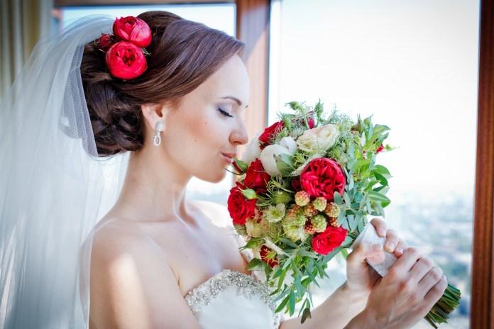 На фото: свадебная прическа с фатой - фата, закреплённая сзади головы обычными шпильками.