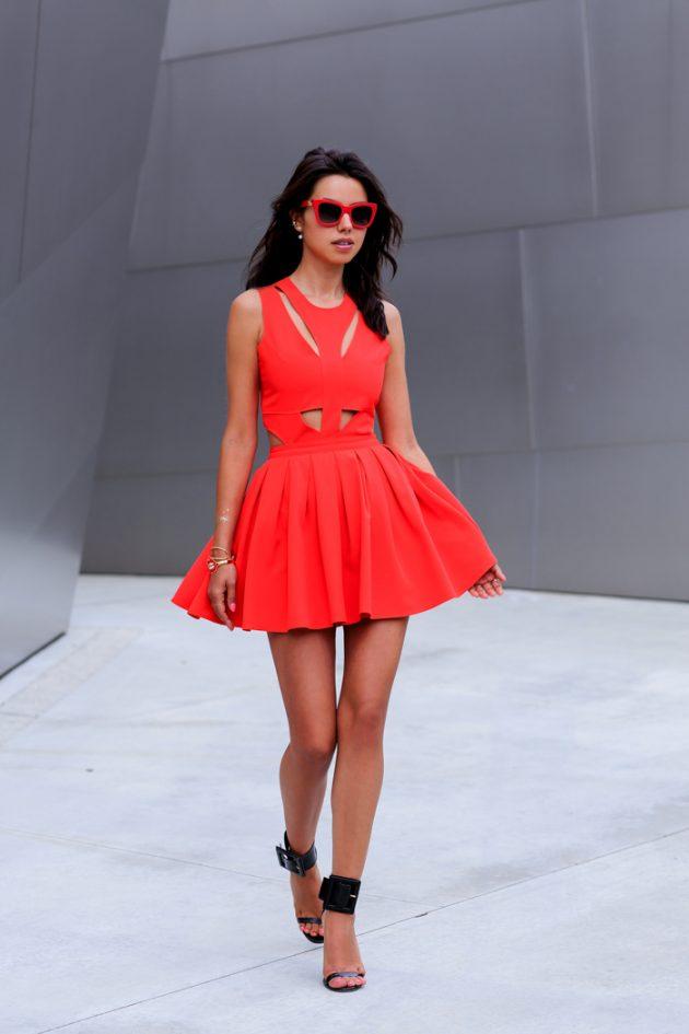 На фото: красное платье с маленькими вырезами на талии и груди - тренд сезона.
