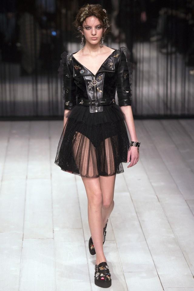 Откровенная прозрачная юбка. Дизайнеры считают это модой 2017 года. А по-нашему - это безобразие, которое никуда не одеть. Из коллекции Alexander-McQueen.