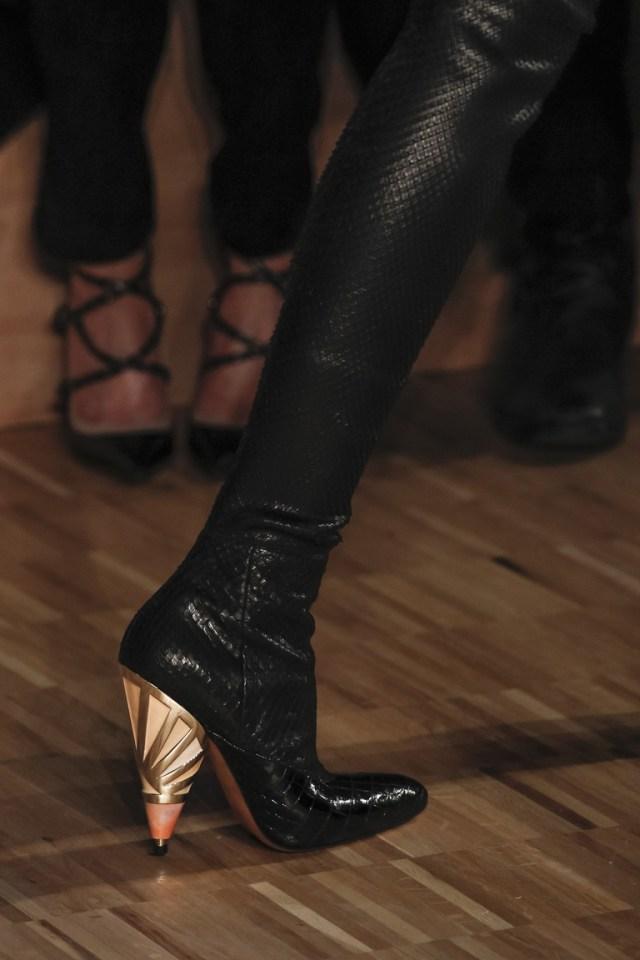 На фото: блестящие детали и металлическая кожа Актуальная обувь сезона осень/зима 2017 из коллекции Givenchy.