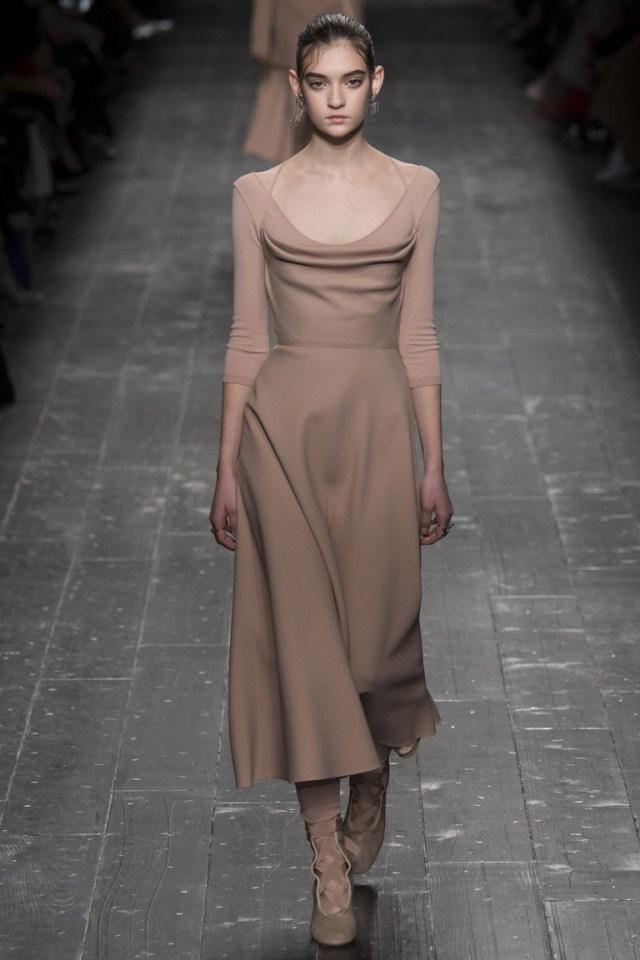 На фото: серо-коричневый цвет одежды сезона осень-зима 2016-2017 из коллекции  Valentino.