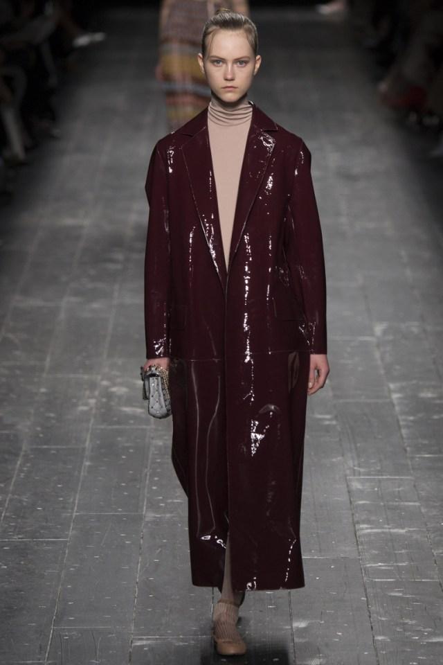 На фото: модный цвет одежды сезона осень-зима 2016-2017 из коллекции  Valentino.