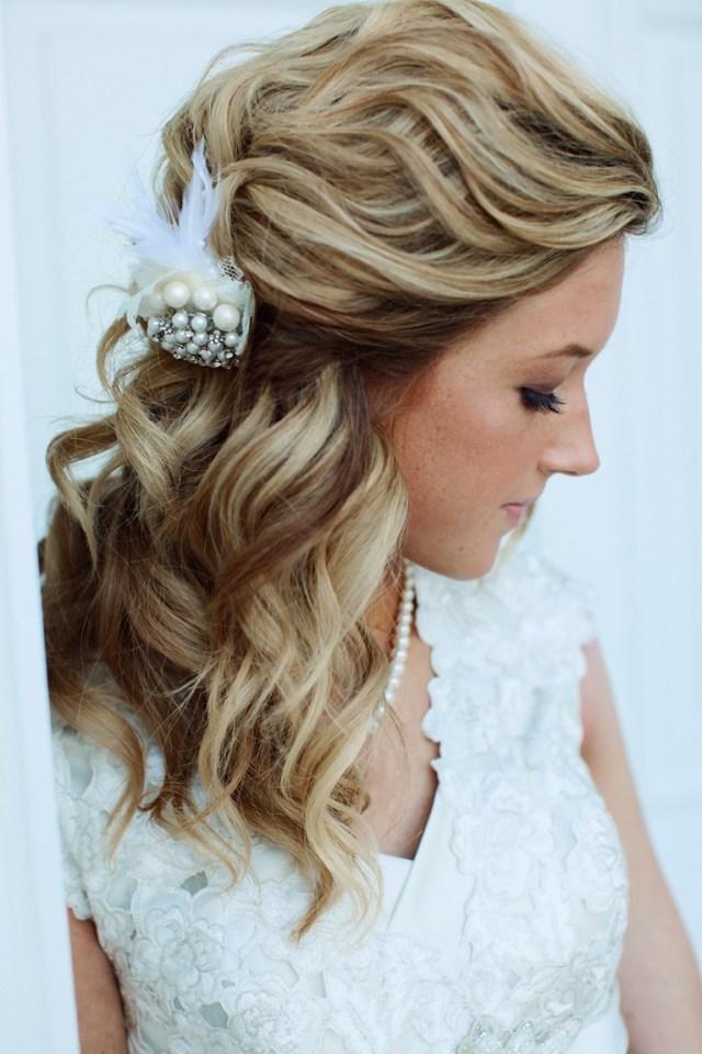 На фото: свадебная прическа с локонами и украшениями в виде цветов.