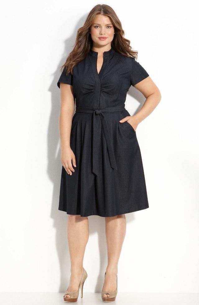 На фото: маленькое черное платье - визуально стройнит.