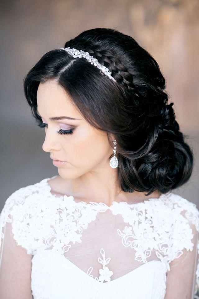 На фото: свадебная прическа с крупными локонами и диадемой в волосах.