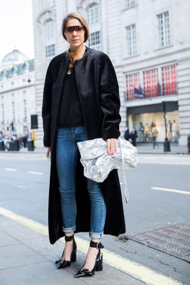 На фото: удлиненное пальто уличной моды осень-зима 2016-2017.