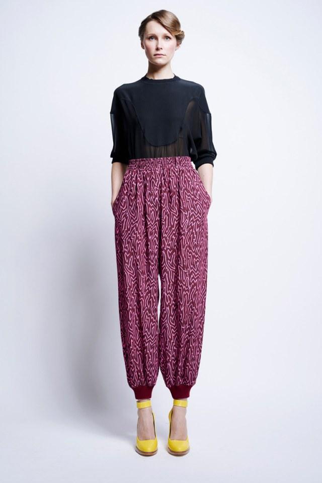 Модные укороченные брюки 2017 розово-бордового цвета с блузкой - новая коллекции Karen Walker