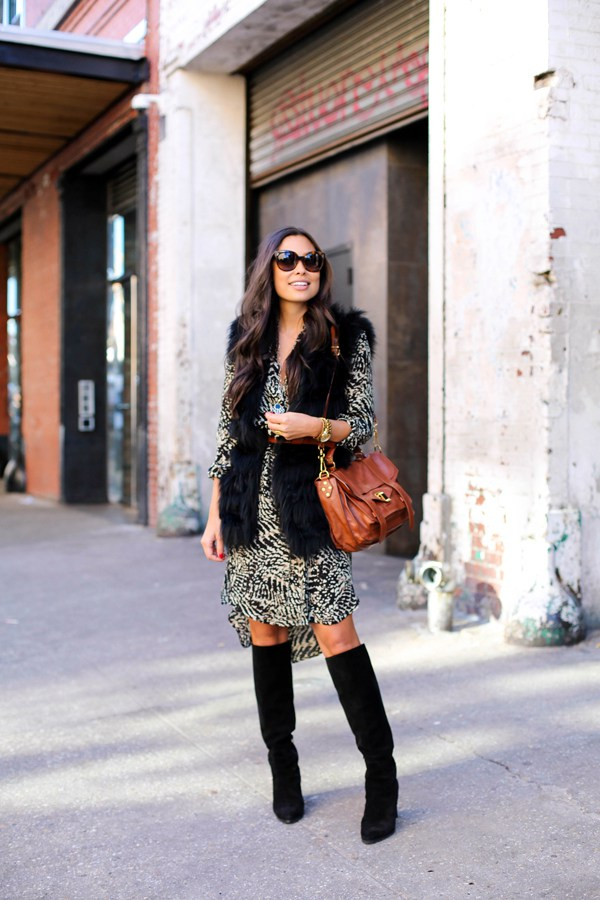 На фото: замшевые сапоги чредней длины до колена с платьем.