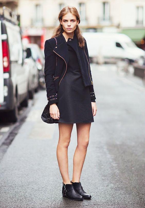 На фото: новыйобразыс модной осенней обувью – черные ботильоны с коротким черным пальто.