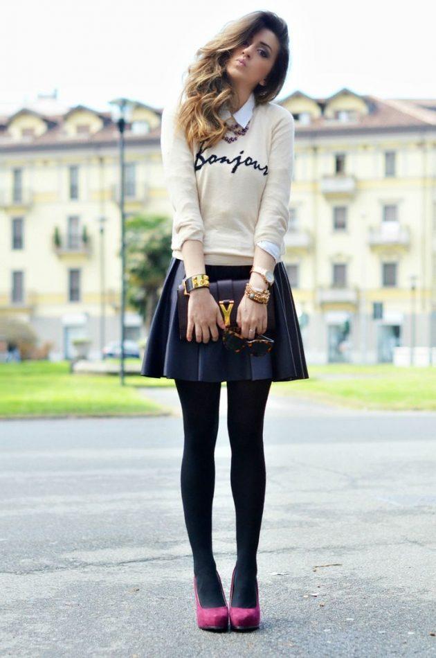 На фото: короткая раслешенная черная кожаная юбка яркое сочетание со светлым верхом.