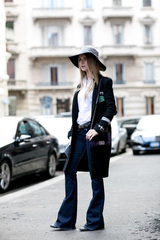 Темные модные джинсы клеш 2017 с шляпкой с полями
