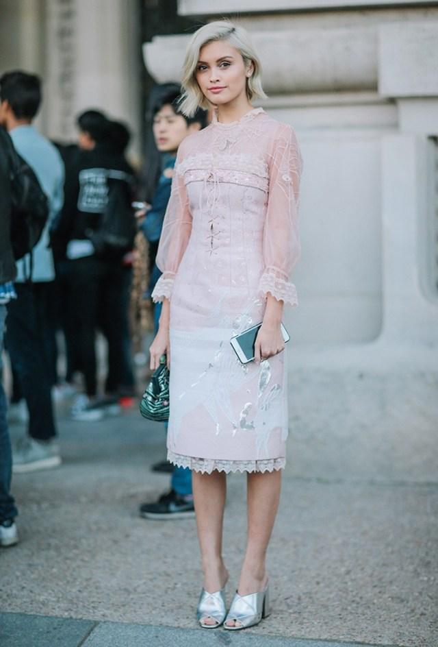 Нежно-розовое модное платье - фото новинки сезона