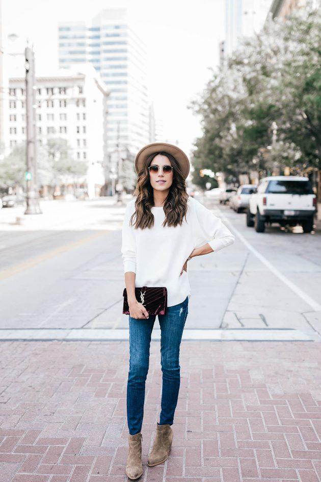 На фото: бархатные сапоги в сочетании с джинсами и белой кофтой.