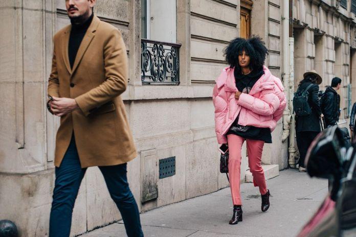 В моде 2017 году объемные куртки пуховики, которые модно носить незастегнутые
