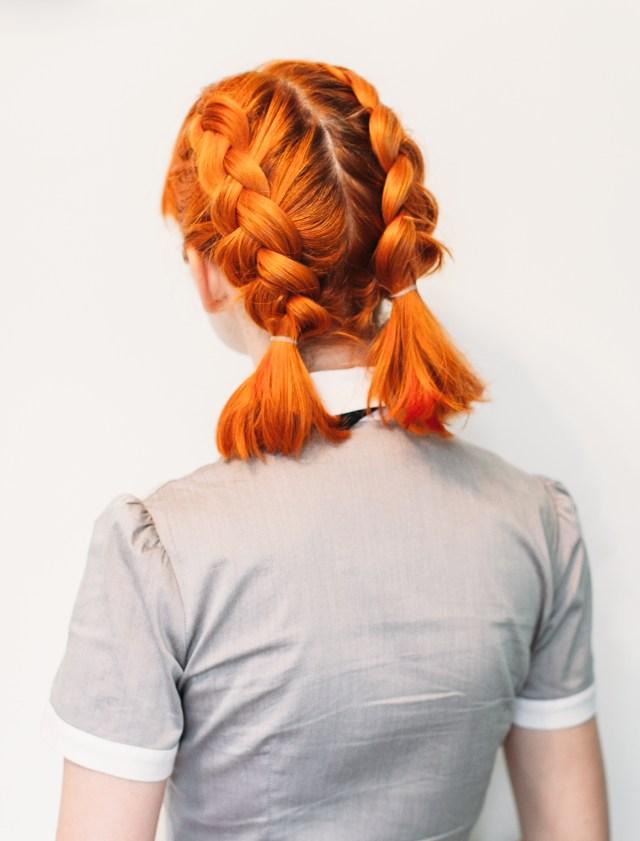 Двойные голландские косички – милая причёска со средними волосами