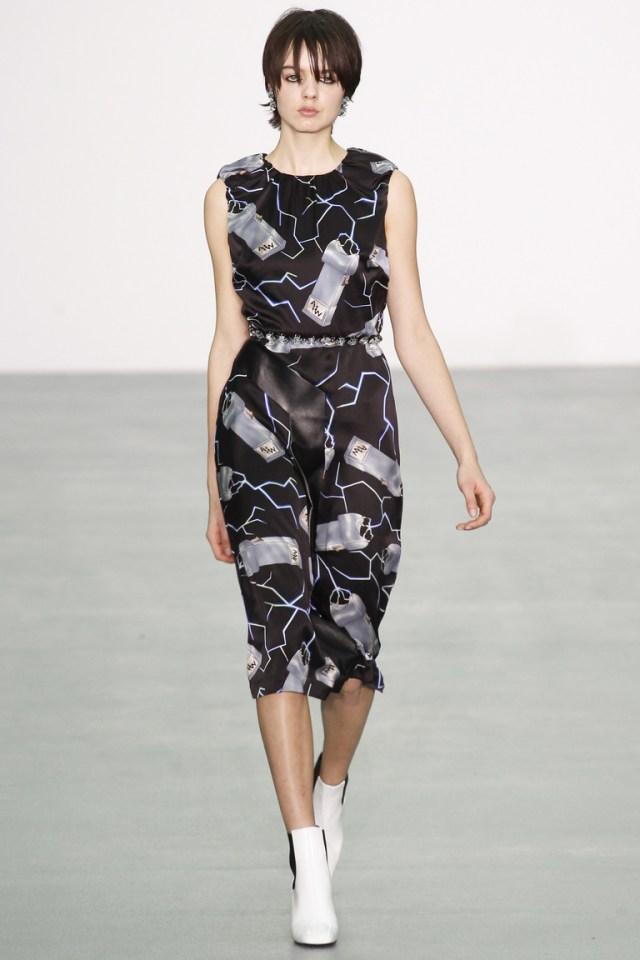 Фасон модного платья футляр 2017 без рукавов из коллекции Ashley Williams - фото новинки и тренды сезона