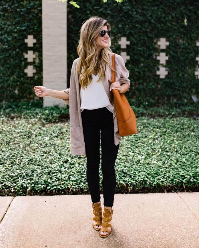 На фото: Casual стиль - вязанный кардиган,белая блузка ,джинсы, сапоги.